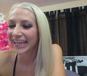 Nathalie se livre pour une baise via sa cam